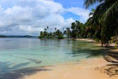 南部的海滩的主要看法在Pelicano海岛,圣布拉斯,巴拿马的 免版税图库摄影