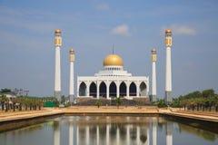 南部的清真寺泰国,祈祷的中央清真寺和大多数穆斯林喜欢给被祈祷的神在清真寺 库存图片