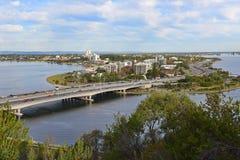 南部的珀斯住宅区和天鹅河看法  免版税图库摄影