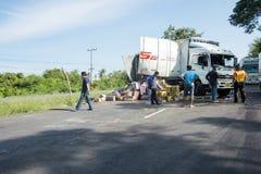 南部的高速公路泰国9月14日2017年:卡车被弄翻 免版税图库摄影