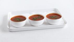 南部蕃茄Rasam印地安传统素食半流质的盘 库存照片