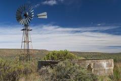 南部非洲的干旱台地高原水库windpump 免版税库存图片