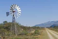 南部非洲的干旱台地高原windpump 免版税库存照片