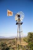 南部非洲的干旱台地高原风车 库存图片