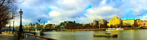 从南银行伦敦的泰晤士河 免版税库存照片