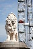 南银行狮子和伦敦眼 免版税库存图片