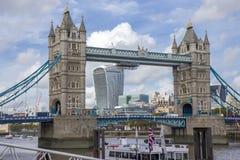 从南银行,伦敦的塔桥梁 库存照片