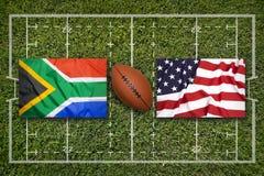 南非对 在橄榄球领域的美国旗子 图库摄影