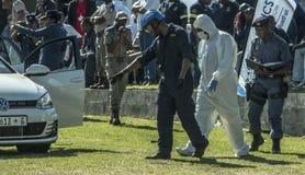 南非警署-辩论术单位在现场 库存图片