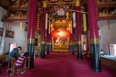 南,泰国- 2017年12月18日:在寺庙的菩萨雕象 免版税库存图片
