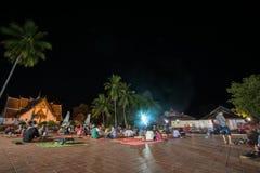 南,泰国- DECEMBERR 17 :许多放松在地板上的访客在 图库摄影