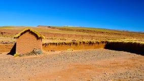 南Altiplano风景与黏土砖墙和小小屋,安地斯,玻利维亚的 库存图片