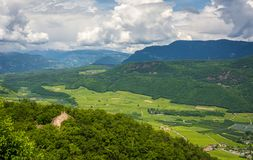 南Tyrolean Unterland风景 区域为它的葡萄栽培知道;发源的Gewà ¼ rztraminer葡萄这里 特伦托自治省 库存图片