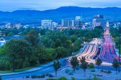 博伊西,爱达荷,美国2017/06/15 :博伊西都市风景在与traff的晚上 免版税库存图片