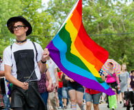 博伊西, IDAHO/USA - 2016年6月20日:挥动他们的旗子的人支持LGBT人民在游行在博伊西Pridefest期间 图库摄影