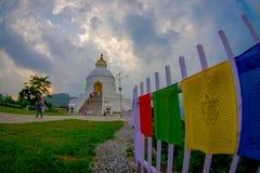 博克拉,尼泊尔, 2017年9月04日:关闭与一个描述的五颜六色的织品,与一美丽精采白 免版税库存图片