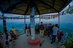 博克拉,尼泊尔, 2017年9月04日:在一个小屋下的未认出的游人在Sarangkot监视点的小山顶在的 免版税图库摄影