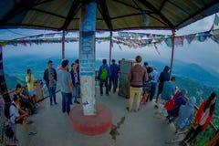 博克拉,尼泊尔, 2017年9月04日:在一个小屋下的未认出的游人在Sarangkot监视点的小山顶在的 免版税库存照片