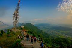 博克拉,尼泊尔, 2017年9月04日:在地面的未认出的旅游开会在Sarangkot监视点的小山顶 免版税库存照片