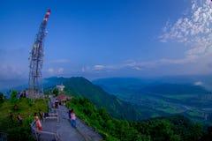 博克拉,尼泊尔, 2017年9月04日:在地面的未认出的旅游开会在Sarangkot监视点的小山顶 库存照片