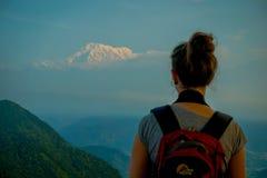 博克拉,尼泊尔, 2017年9月04日:给在Sarangkot监视点的小山顶的未认出的游人后面,采取 免版税库存照片