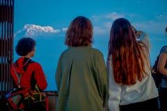博克拉,尼泊尔, 2017年9月04日:给在Sarangkot监视点的小山顶的未认出的游人后面 免版税库存图片