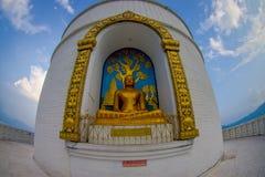 博克拉,尼泊尔, 2017年9月04日:菩萨金黄的雕象世界和平塔,博克拉,尼泊尔 免版税库存图片