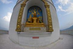 博克拉,尼泊尔, 2017年9月04日:菩萨金黄的雕象世界和平塔,博克拉,尼泊尔 库存照片
