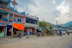 博克拉,尼泊尔, 2017年9月04日:走在近户外的未认出的人民市场在dowtown购物在附近 免版税库存照片