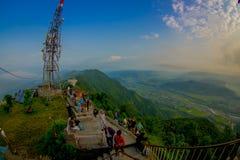 博克拉,尼泊尔, 2017年9月04日:Sarangkot监视点的小山上面的未认出的游人在山的 免版税库存图片