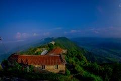 博克拉,尼泊尔, 2017年9月04日:Sarangkot监视点的小山顶的未认出的游人在山的 免版税库存照片