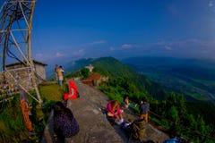 博克拉,尼泊尔, 2017年9月04日:Sarangkot监视点的小山顶的未认出的游人在山的 图库摄影