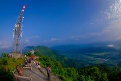 博克拉,尼泊尔, 2017年9月04日:Sarangkot监视点的小山顶的未认出的游人在山的 库存图片