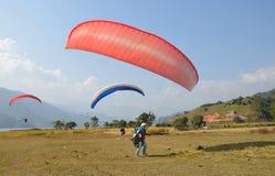 博克拉,尼泊尔, 2012年11月, 12日 参与在滑翔伞方面的人在博克拉 免版税库存照片