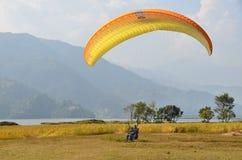 博克拉,尼泊尔, 2012年11月, 12日 参与在滑翔伞方面的人们在博克拉 库存照片