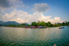博克拉,尼泊尔- 2017年9月04日:一些大厦美好的风景在的湖岸与在Phewa的有些小船 库存照片