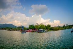 博克拉,尼泊尔- 2017年9月04日:一些大厦美好的风景在的湖岸与在Phewa的有些小船 图库摄影