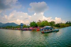 博克拉,尼泊尔- 2017年9月04日:一些大厦美好的风景在的湖岸与在Phewa的有些小船 免版税库存照片