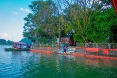 博克拉,尼泊尔- 2017年9月04日:上小船的未认出的人民在Phewa tal湖附近采取旅行  免版税库存图片