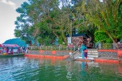 博克拉,尼泊尔- 2017年9月04日:上小船的未认出的人民在Phewa tal湖附近采取旅行  库存图片