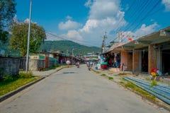 博克拉,尼泊尔- 2017年10月06日:不同的大厦室外看法与路面街道的,有一些缆绳的排行  库存图片