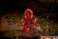 博克拉,尼泊尔- 2017年9月12日:与棒洞的蛇insise的扔石头的大象雕象,在尼泊尔语言,它 库存照片
