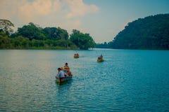 博克拉,尼泊尔- 2017年9月04日:享受在一条小船的未认出的人民一次旅行在tal的Phewa的美好的天 免版税图库摄影