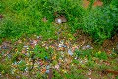 博克拉,尼泊尔2017年9月02日:关闭与塑料瓶,篮子,大袋的垃圾户外在尼泊尔 免版税库存照片