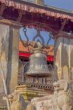 博克拉,尼泊尔- 2017年11月04日:关闭位于在一个寺庙的老结构的老生锈的响铃在博克拉,尼泊尔 免版税图库摄影