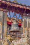 博克拉,尼泊尔- 2017年11月04日:关闭位于在一个寺庙的老结构的老生锈的响铃在博克拉,尼泊尔 库存图片