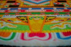博克拉,尼泊尔- 2017年10月06日:关闭在地面的一个详细和五颜六色的典型的手工制造被雕刻的结构  库存照片