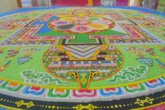 博克拉,尼泊尔- 2017年10月06日:关闭在地面的一个详细和五颜六色的典型的手工制造被雕刻的结构  图库摄影