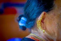 博克拉,尼泊尔- 2017年11月04日:关闭在摆在为照相机的老妇人的耳朵的许多耳环在博克拉 图库摄影