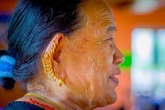 博克拉,尼泊尔- 2017年11月04日:关闭在摆在为照相机的老妇人的耳朵的许多耳环在博克拉 库存照片